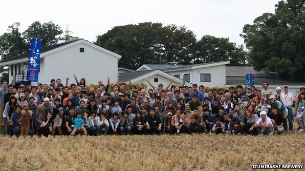 Volunteers who helped to harvest the rice for the Izumibashi Brewery